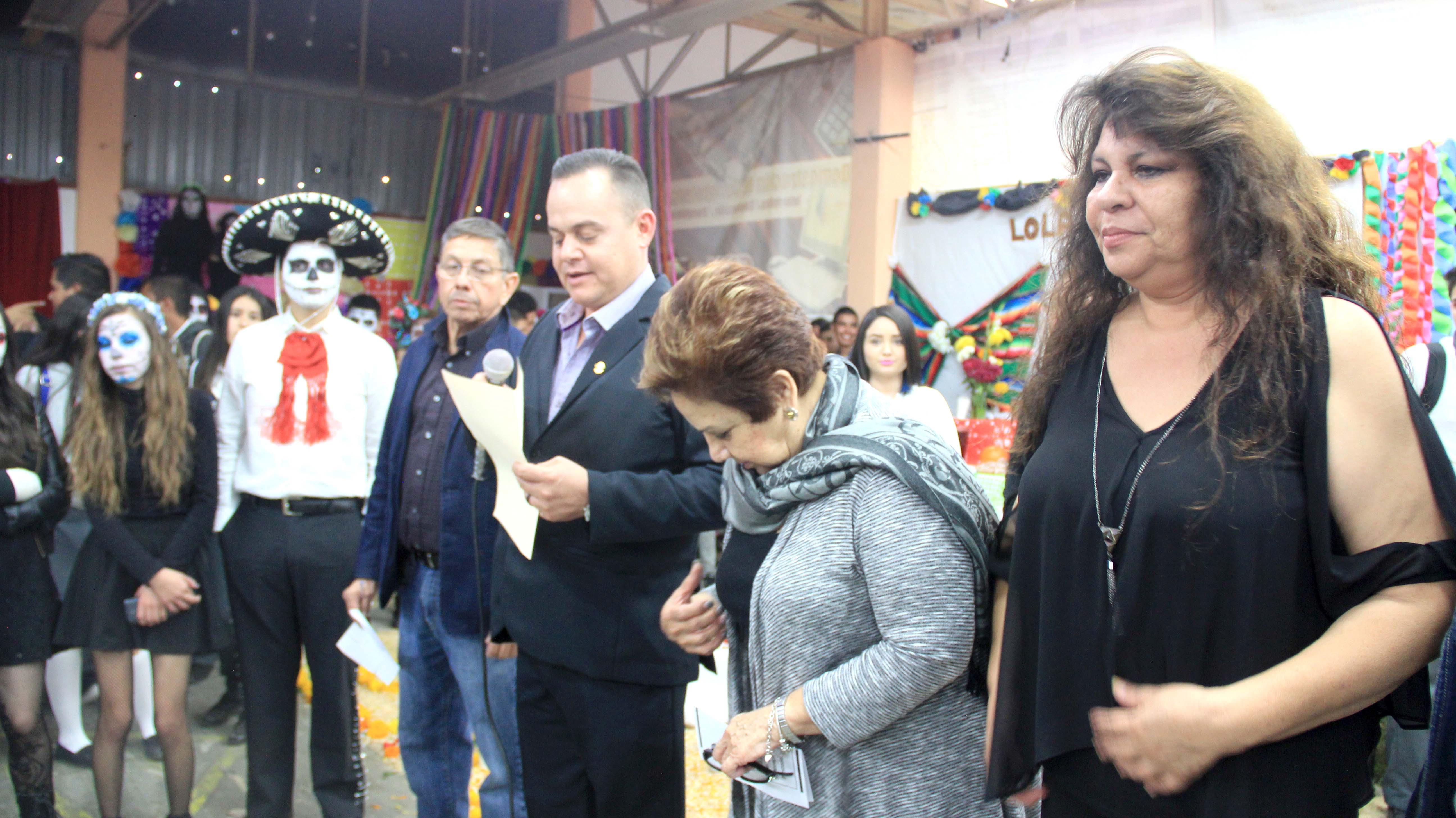 Destacan tradiciones mexicanas con concurso de altares en CBTIS 81