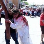 Reviven crucifixión del Cristo migrante
