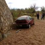 Muere conductor al caer de alto puente