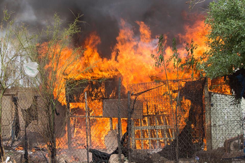 hace fogata e incendia su casa.
